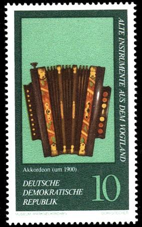10 Pf Briefmarke: Alte Instrumente aus dem Vogtland, Akkordeon