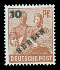 10 Pf, auf 24 Pf Briefmarke: Gemeinschaftsausgabe der alliierten Besetzung mit dunkelgrünem BERLIN und Wert-Aufdruck, Freimarke
